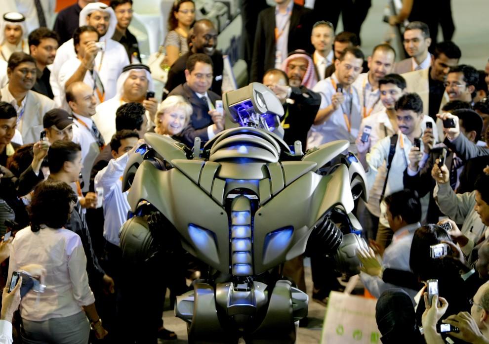 """5. ZJEDNOCZONE EMIRATY ARABSKIE, 19 październik 2009: Ludzie zebrani wokół robota na targach """"Gitex"""". AFP PHOTO/KARIM SAHIB"""