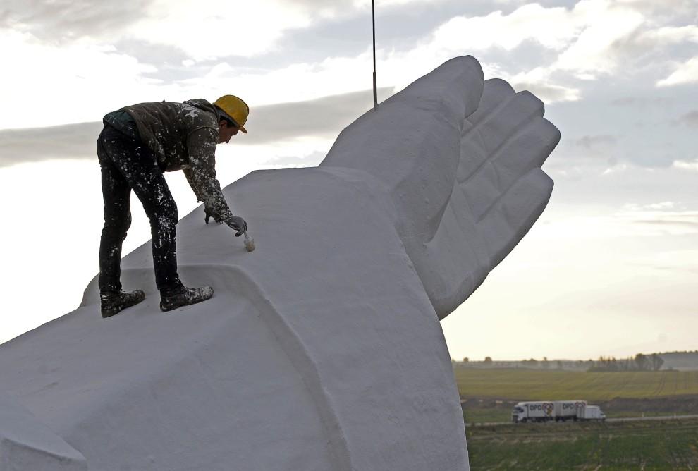 5. POLSKA, Świebodzin, 29 października 2010: Robotnik maluje rękę pomnika Chrystusa Króla w Świebodzinie. AFP PHOTO / JANEK SKARZYNSKI