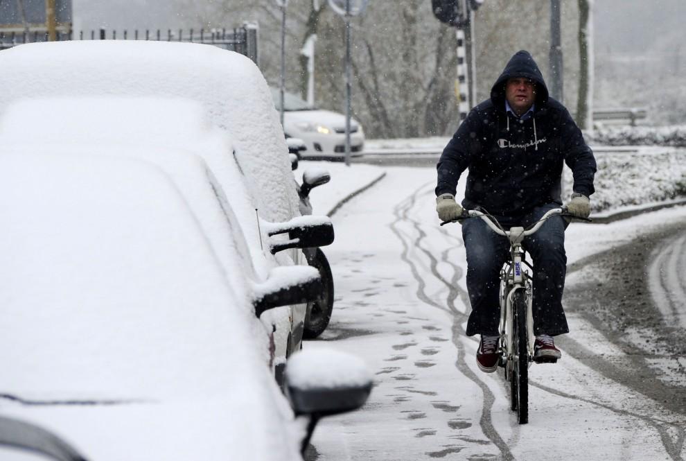 5. HOLANDIA, Den Bosch, 27 listopada 2010: Rowerzysta na pokrytej pierwszym śniegiem ulicy. AFP PHOTO/ANP/MARCEL ANTONISSE