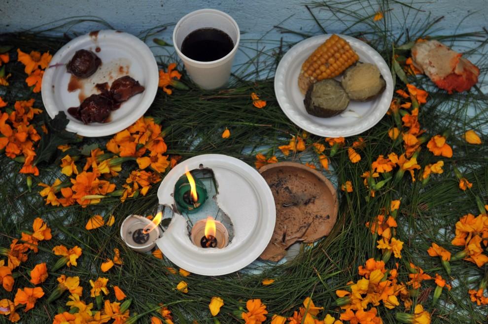 6. GWATEMALA, Sacatepequez, 1 lisopada 2010: Jedzenie, napoje i świece zostawione na grobach, zgodnie ze zwyczaje, dla zmarłych. AFP PHOTO/Johan ORDONEZ