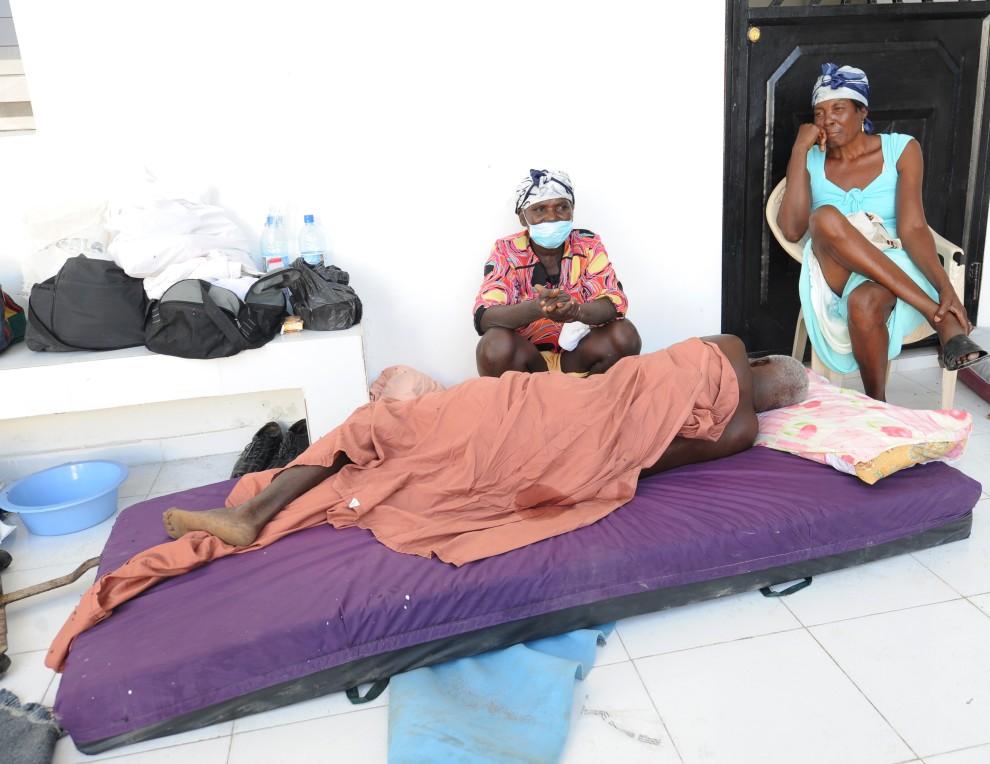 6. HAITI, Port-au-Prince, 22 października 2010: Chory i jego rodzina w szpitalu. AFP PHOTO Thony BELIZAIRE