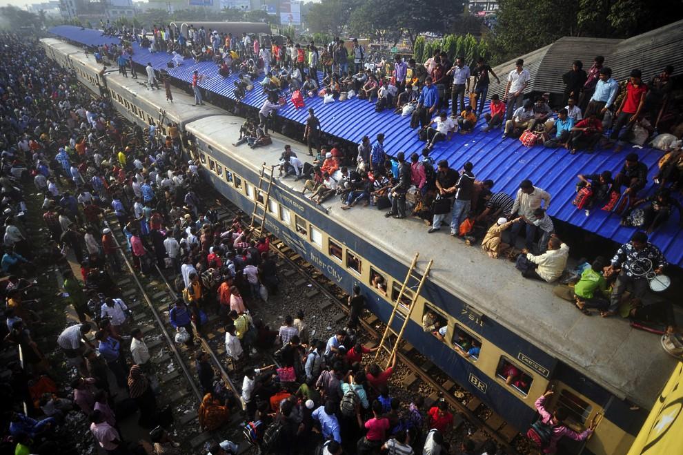 5. BANGLADESZ, Dhaka, 16 listopada 2010: Tysiące pielgrzymów wsiada do pociągu i na dachay wagonów na dworc w pobliżu lotniska. AFP PHOTO/Munir UZ ZAMAN