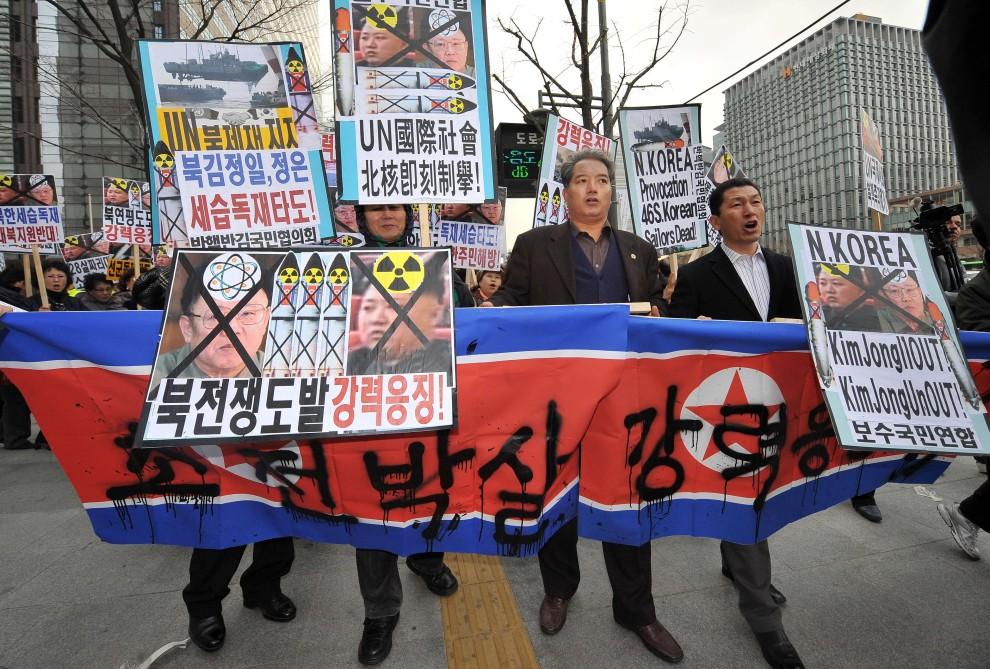 6. KOREA POŁUDNIOWA, Seul, 24 listopada 2010: Protest w centrum Seulu przeciw ostrzałowi prowadzonemu przez wojska Korei Północnej. AFP PHOTO / JUNG YEON-JE