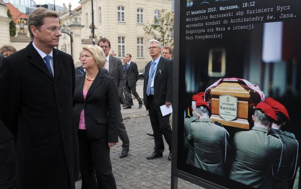 7. POLSKA, Warszawa, 24 czerwca 2010: Minister Spraw Zagranicznych Niemiec – Guido Westerwelle – przygląda się fotografiom poświęconym prezydentowi Lechowi Kaczyńskiemu. AFP PHOTO / JANEK SKARZYNSKI