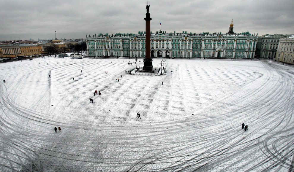 7. ROSJA, Sankt Petersburg, 18 listopada 2010: Przechodnie na zasypanym śniegiem Placu Pałacowym w centrum Sankt Petersburga. AFP PHOTO / KIRILL KUDRYAVTSEV