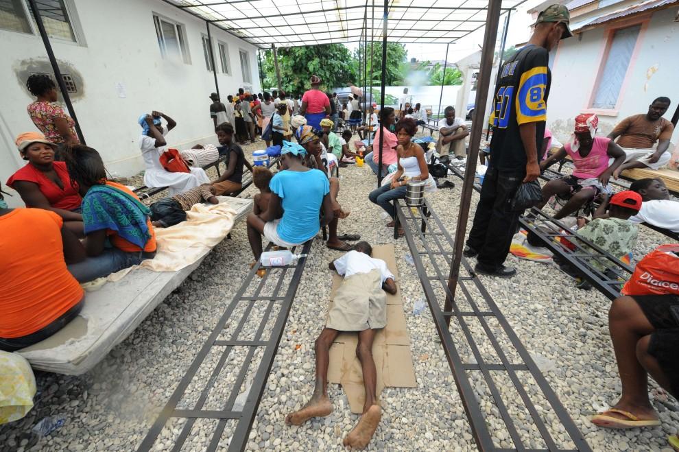 7. HAITI, Port-au-Prince, 21 października 2010: Chorzy na cholerę wraz z rodzinami czekają na leczenie. AFP PHOTO / Thony BELIZAIRE