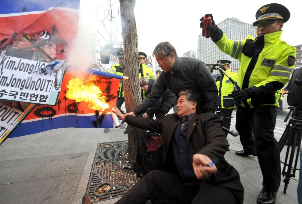 7. KOREA POŁUDNIOWA, Seul, 24 listopada 2010: Południowokoreańscy aktywiści palą w proteście flagę Korei Pólnocnej. AFP PHOTO / JUNG YEON-JE