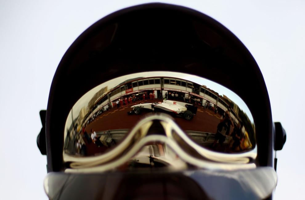 7. MONAKO, Monte Carlo, 13 maja 2010: Bolid prowadzony przez Kamui Kobayashiego odbija się w goglach członka ekipy. (Foto: Vladimir Rys/Bongarts/Getty Images)