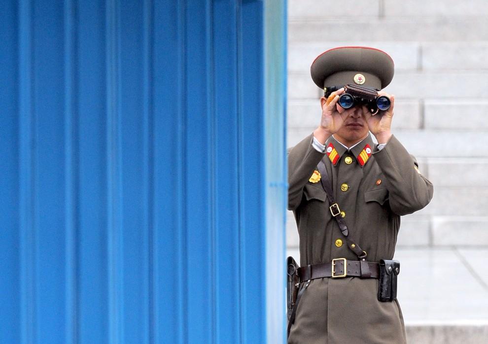 8. KOREA POŁUDNIOWA, Panmundżom, 6 czerwca 2008:  Północnokoreański żołnierz obserwuje pas ziemi w strefie zdemilitaryzowanej. AFP PHOTO/JUNG YEON-JE