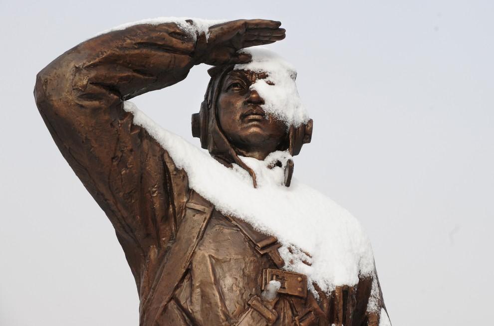 8. CHINY, Dandong, 27 listopada 2010: Przykryty śniegiem pomnik weteranów wojennych zwrócony w kierunku Korei Północnej. AFP PHOTO / Frederic J. BROWN