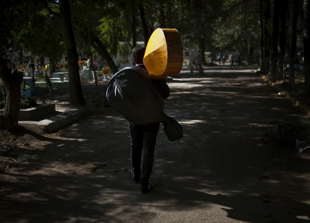 8. MEKSYK, Meksyk, 2 listopada 2010: Najemny muzyk szuka klientów na cmentarzu w stolicy Meksyku. AFP PHOTO/Ronaldo Schemidt