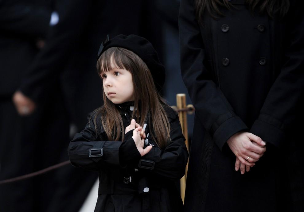 8. POLSKA, Kraków, 18 kwietnia 2010: Ewa, wnuczka prezydenta Lecha Kaczyńskiego, na dziedzińcu wawelskim podczas uroczystości pogrzebowych. AFP PHOTO/JOE KLAMAR