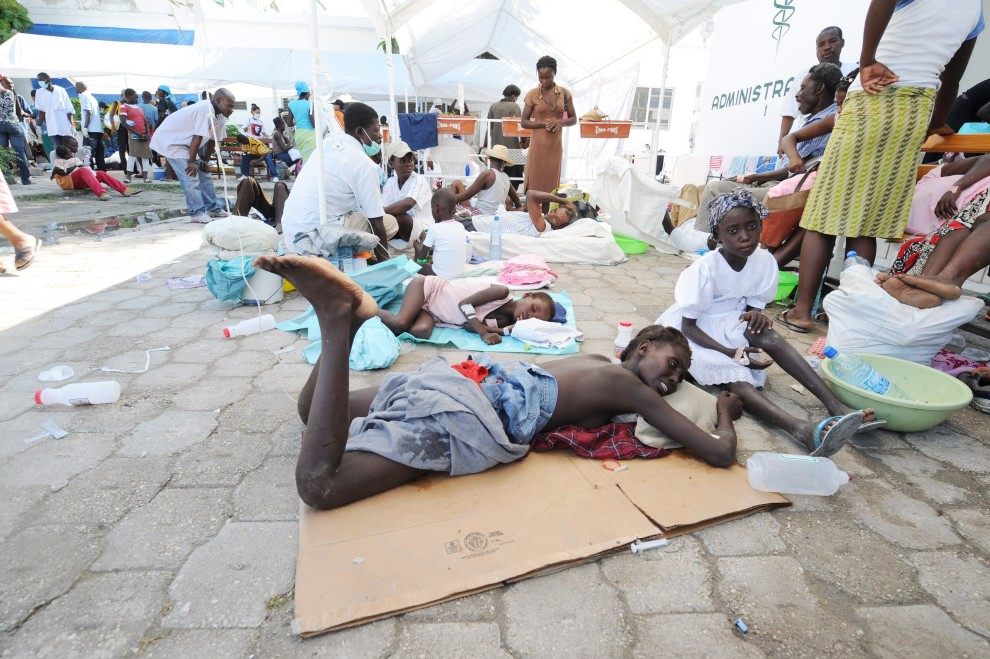 8. HAITI, Port-au-Prince, 22 października 2010: Haitańczycy leczeni na cholerę w szpitalu w stolicy kraju. AFP PHOTO Thony BELIZAIRE