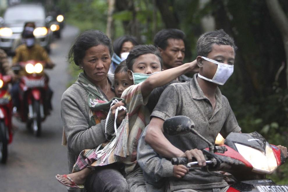 8. INDONEZJA, Klaten, Mieszkańcy Klaten uciekają przez zagrażającym wulkanem. AFP PHOTO / ARYA BIMA