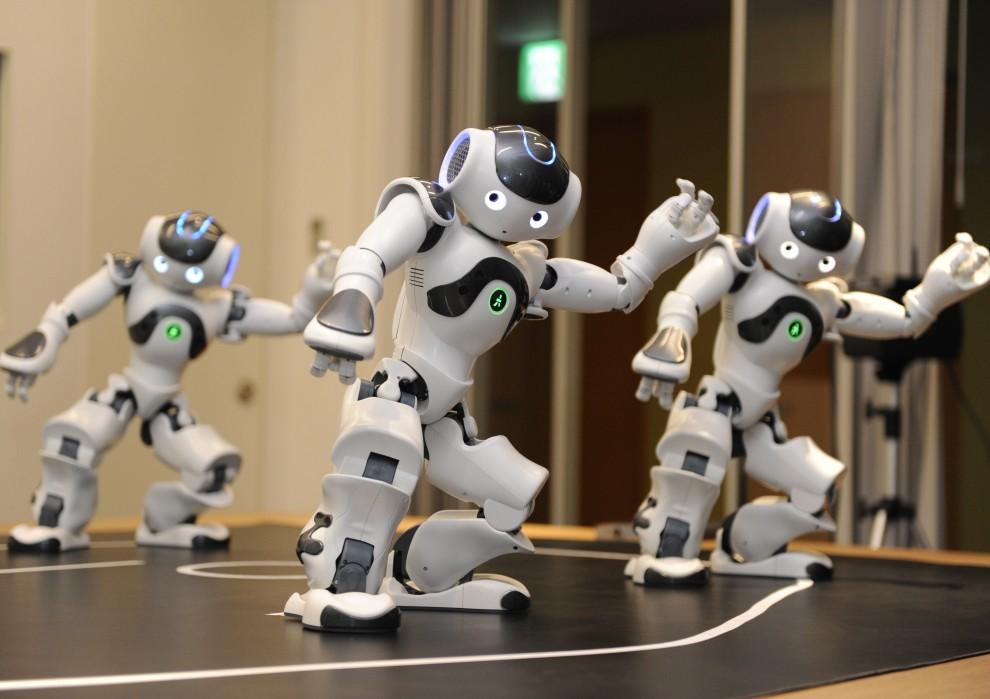 """9. JAPONIA, Tokio, 13 października 2010: Tańczące roboty """"Nao"""" prezentują swoje możliwości podczas pokazu w Francuskiej ambasadzie. AFP PHOTO / Yoshikazu TSUNO"""