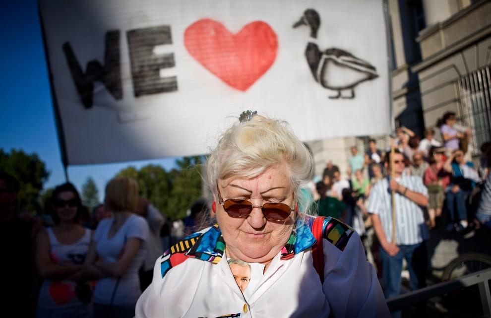 9. POLSKA, Warszawa, 2 lipca 2010: Wiec zwolenników Jarosława Kaczyńskiego w trakcie kampanii prezydenckiej. AFP PHOTO/ WOJTEK RADWANSKI