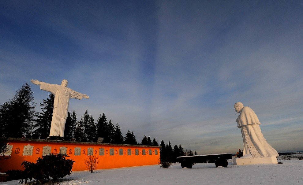 9. SŁOWACJA, Klin, 25 listopada 2010: Statua Jezusa (wysokość: 9,5 m; waga: 23 tony) oraz posąg Jana Pawła II w pobliżu granicy z Polską. AFP PHOTO/JOE KLAMAR