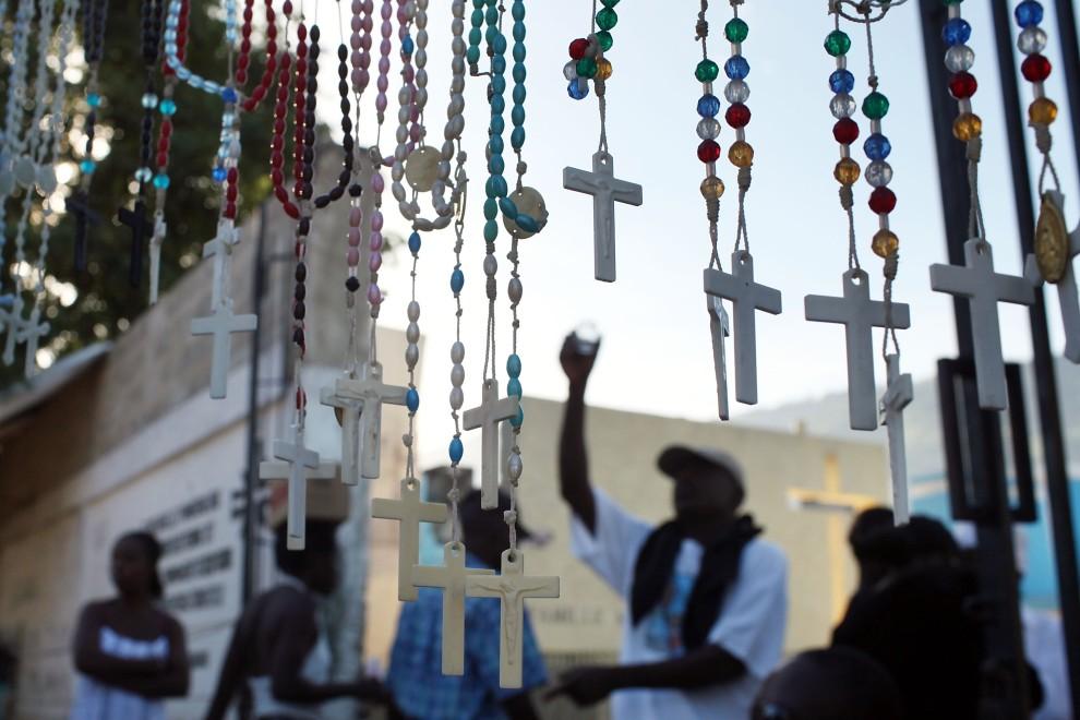 9. HAITI, Port-au-Prince, 2 listopada 2010: Wyznawcy voodoo obchodzą Dzień Zaduszny na cmentarzu w Port-au-Prince. (Foto: Spencer Platt/Getty Images)