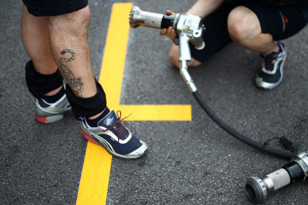 9. BRAZYLIA, Sao Paulo, 4 listopada 2010: Mechanicy zespłu Red Bull sprawdzają sprzęt przed rozpoczęciem wyścigu. (Foto: Vladimir Rys/Getty Images)