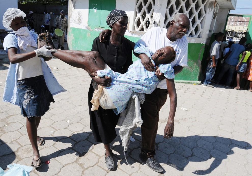 9. HAITI, Port-au-Prince, 22 października 2010: Starsza kobieta z podejrzeniem cholery przyniesiona do szpitala. AFP PHOTO Thony BELIZAIRE