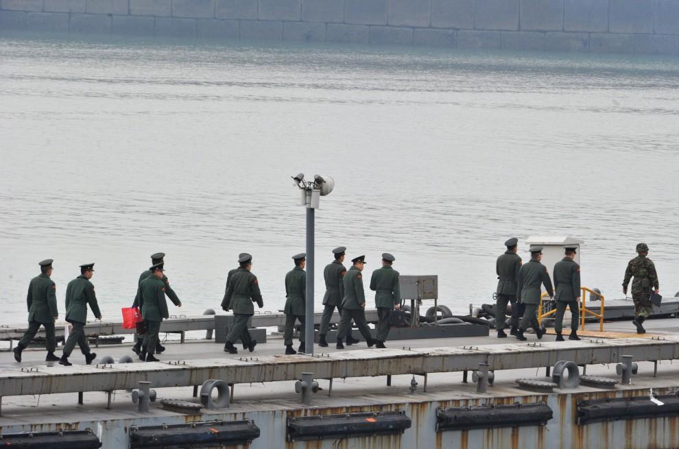9. KOREA POŁUDNIOWA, Incheon, 23 listopada 2010: Marynarze floty południowokoreańskiej wchodzą na pokład jednostek zacumowanych w porcie. AFP PHOTO / KIM JAE-HWAN