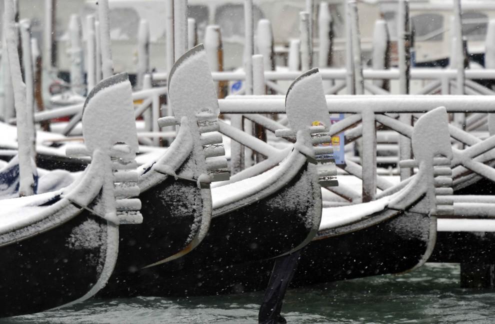 10. WŁOCHY, Wenecja, 10 grudnia 2010: Weneckie gondole przysypane śniegiem. AFP PHOTO / ANDREA PATTARO