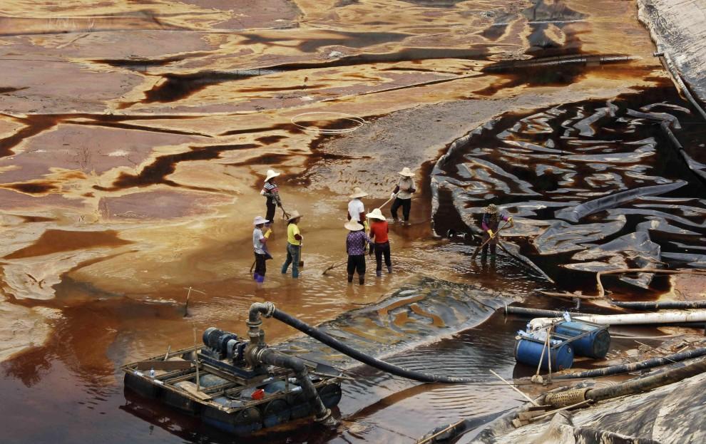 10. CHINY, Shanghang, 13 lipca 2010: Oczyszczanie skażonej wody w pobliżu kopalni Zijin. AFP PHOTO
