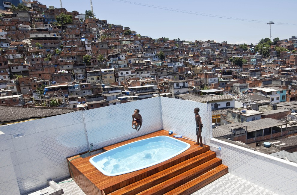 10. BRAZYLIA, Rio de Janeiro, 28 listopada 2010: Dzieci bawią się w basenie przy domu lokalnego handlarza narkotyków. AFP PHOTO/Jefferson BERNARDES