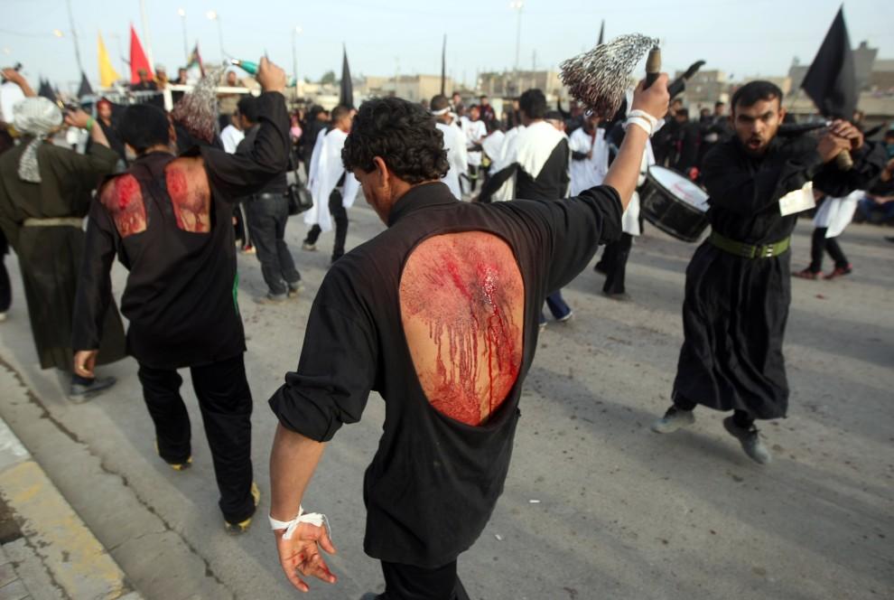 10. IRAK, Bagdad, 16 grudnia 2010: Procesja biczowników na ulicy w Bagdadzie. AFP PHOTO/AHMAD AL-RUBAYE