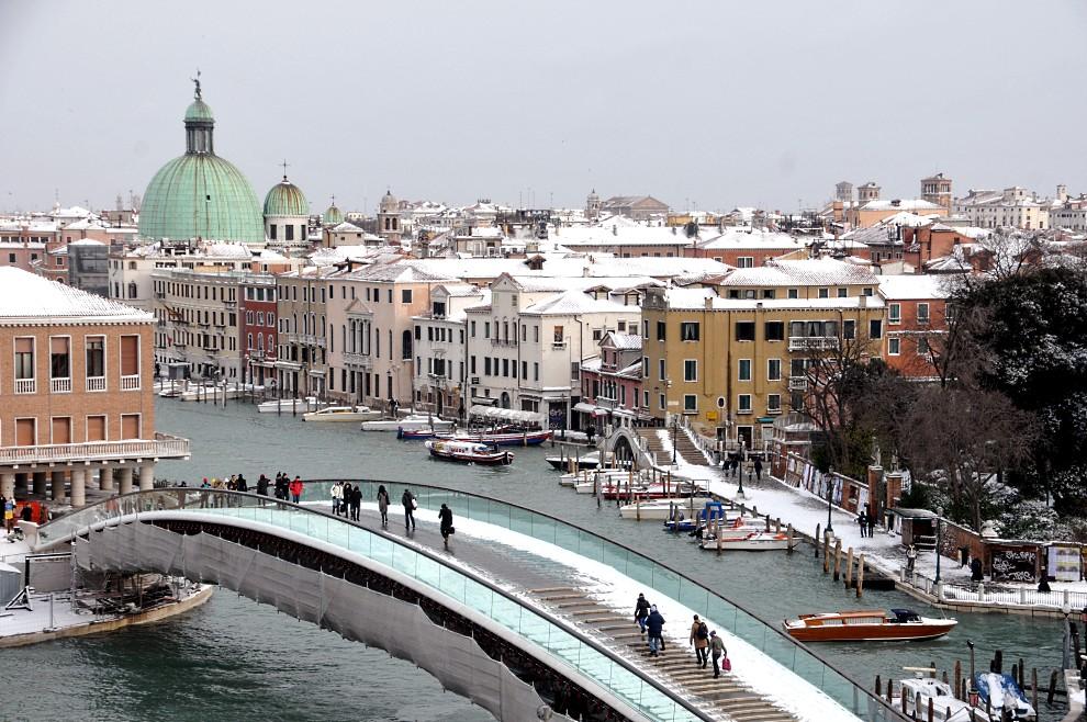 11. WŁOCHY, Wenecja, 10 grudnia 2010: Panorama przysypanej śniegiem Wenecji. AFP PHOTO / Marco Sabadin
