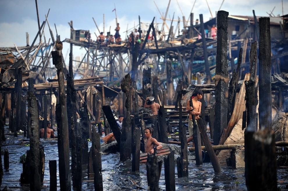 11. FILIPINY, Manila, 27 sierpnia 2010: Pozostałości po spalonych slumsach na przedmieściach Manili. AFP PHOTO/NOEL CELIS