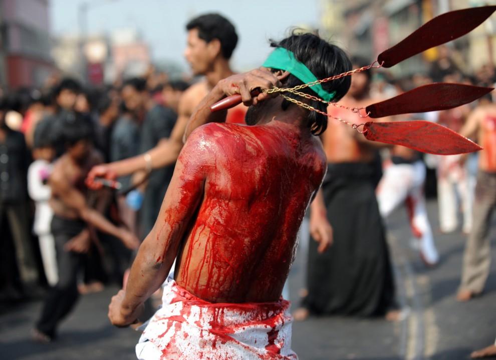 12. INDIE, Kalkuta, 17 grudnia 2010: Zakrwawione plecy biczującego się mężczyzny. AFP PHOTO/Deshakalyan CHOWDHURY