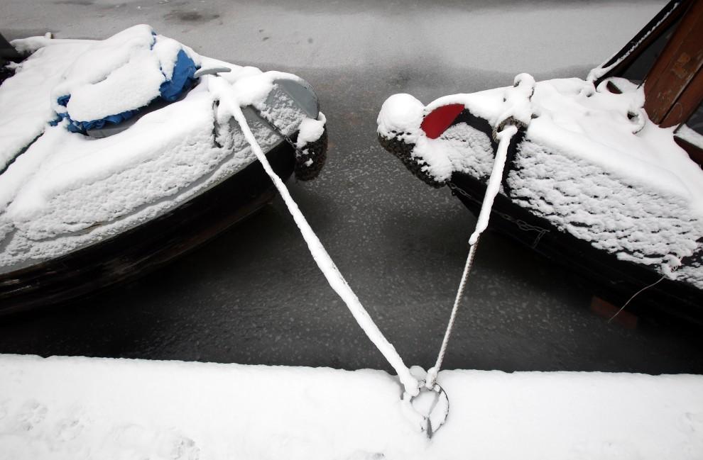 12. WIELKA BRYTANIA, Bathampton, 21 grudnia 2010: Zamarznięty kanał Kennet and Avon na południu Wielkiej Brytanii. (Foto: Matt Cardy/Getty Images)