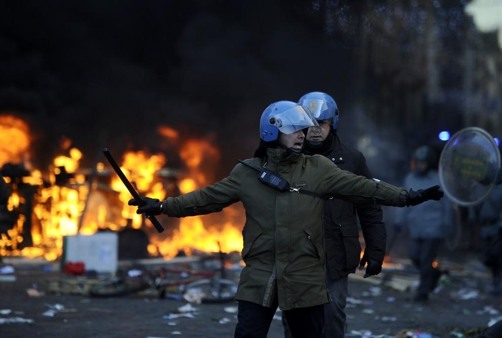 13. WŁOCHY, Rzym, 14 grudnia 2010: Policjanci na Piazza del Popolo po wyparciu grupy protestujących. AFP PHOTO / FILIPPO MONTEFORTE