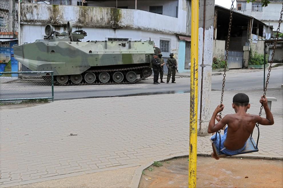 14. BRAZYLIA, Rio de Janeiro, 26 listopada 2010: Chłopiec na huśtawce w faweli Vila Cruzeiro. AFP PHOTO/Evaristo SA