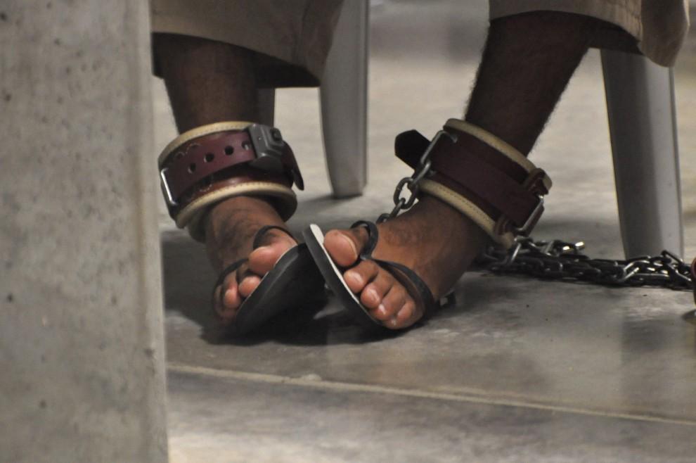 14. KUBA, Amerykańska Baza Wojskowa Guantanamo, 27 kwietnia 2010: Skute stopy przetrzymywanego w Guantanamo jeńca. (Foto: Michelle Shephard-Pool/Getty Images)