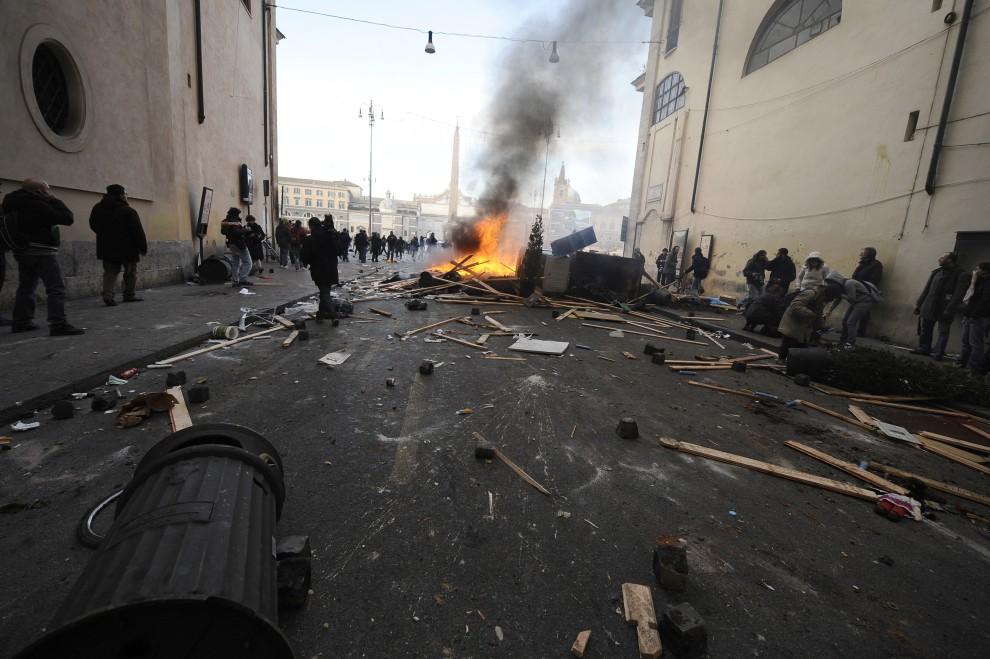 15. WŁOCHY, Rzym, 14 grudnia 2010: Ulica prowadząca na Piazza del Popolo  po starciu protestujących z policją. AFP PHOTO / FILIPPO MONTEFORTE
