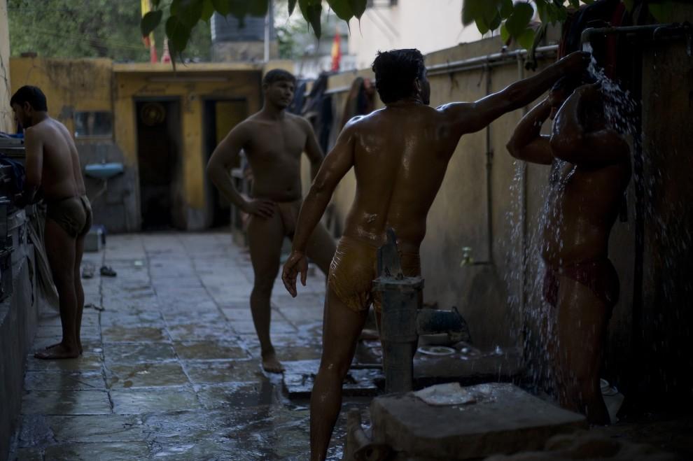 15. INDIE, New Delhi, 7 kwietnia 2010: Zapaśnicy biorą prysznic po zakończonym treningu. AFP PHOTO/Manpreet ROMANA