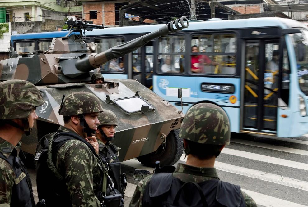 15. BRAZYLIA, Rio de Janeiro, 27 listopada 2010: Patrol wojskowy u wejścia do faweli Morro de Alemao. AFP PHOTO/Jefferson BERNARDES