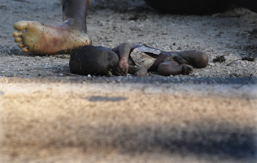 15. HAITI, Merger, 19 stycznia 2010: Ciała ofiar trzęsienia ziemi leżą na ulicy w Merger. AFP PHOTO/Jewel SAMAD