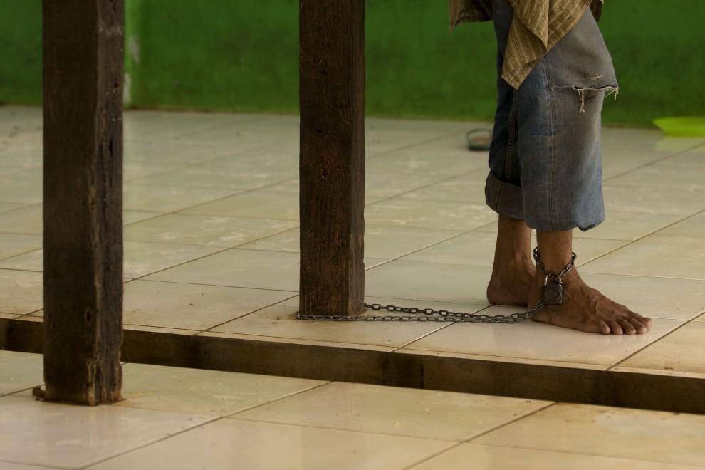 15. INDONEZJA, Bekasi, 10 lutego 2010: Mężczyzna przykuty do słupa w ośrodku dla osób  chorych psychicznie. (Foto: Ulet Ifansasti/Getty Images)