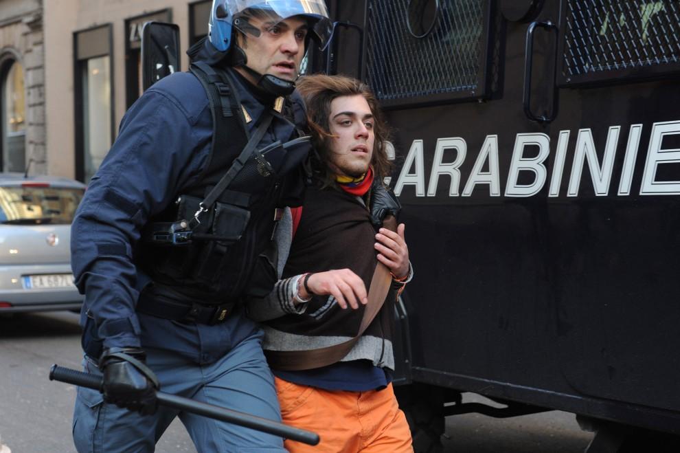 16. WŁOCHY, Rzym, 14 grudnia 2010: Mężczyzna aresztowany podczas zamieszek. AFP PHOTO / TIZIANA FAB
