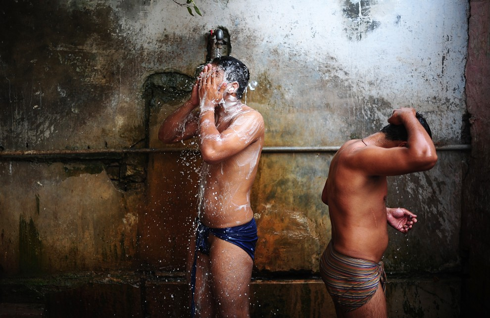 16. PAKISTAN, Lahore, 12 października 2010: Zapaśnicy biorą prysznic po zakończonym treningu. AFP PHOTO/Carl de Souza