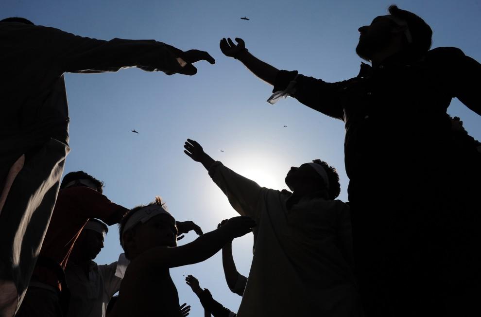16. PAKISTAN, Karaczi, 17 grudnia 2010: Mężczyźni uderzają się w piersi podczas procesji. AFP PHOTO/ Asif HASSAN