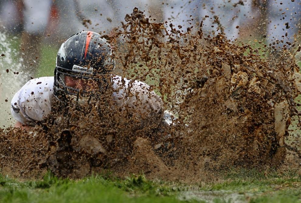 16. USA, Englewood, 5 sierpnia 2010: Zane Beadles z zespołu Denver Broncos rzuca się w błoto aby złapać piłkę. (Foto: Doug Pensinger/Getty Images)