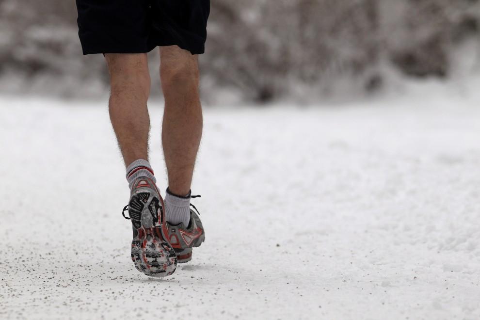 16. NIEMCY, Monachium, 3 grudnia 2010: Mężczyzna uprawia jogging w parku Englischer Garten. (Foto: Miguel Villagran/Getty Images)
