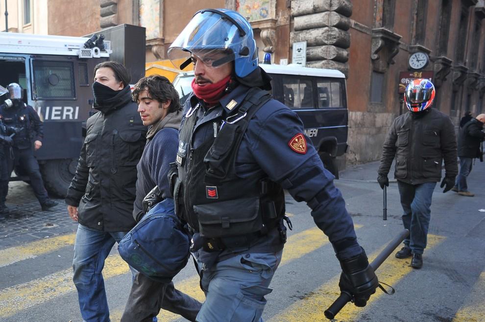 17. WŁOCHY, Rzym, 14 grudnia 2010: Mężczyzna zatrzymany podczas starcia z policją. AFP PHOTO / ANDREAS SOLARO