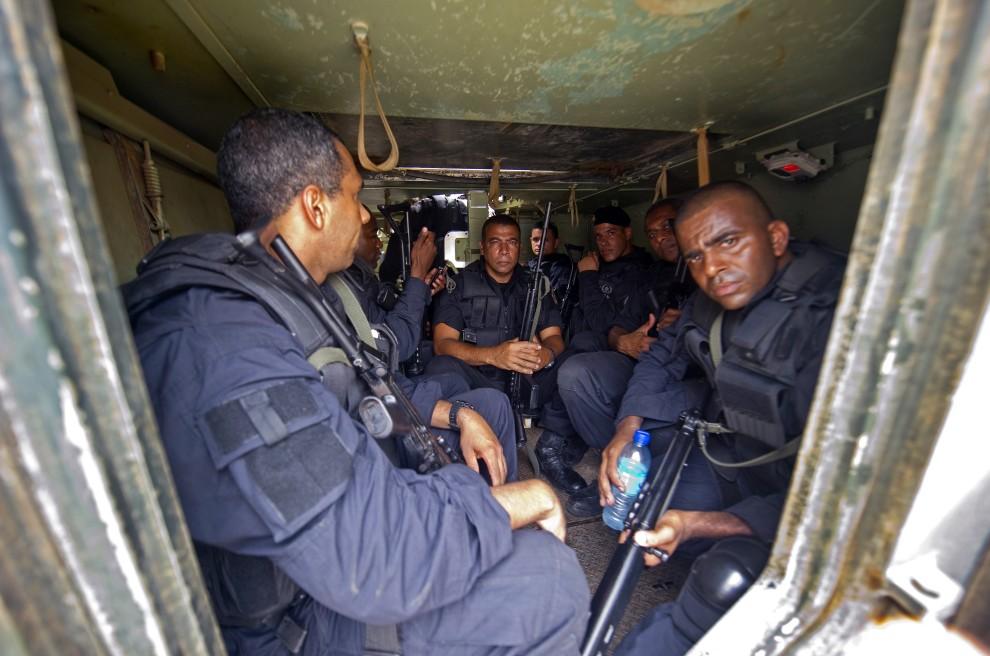 17. BRAZYLIA, Rio de Janeiro, 25 listopada 2010: Policjanci we wnętrzu opancerzonego transportera. AFP PHOTO/Antonio SCORZA