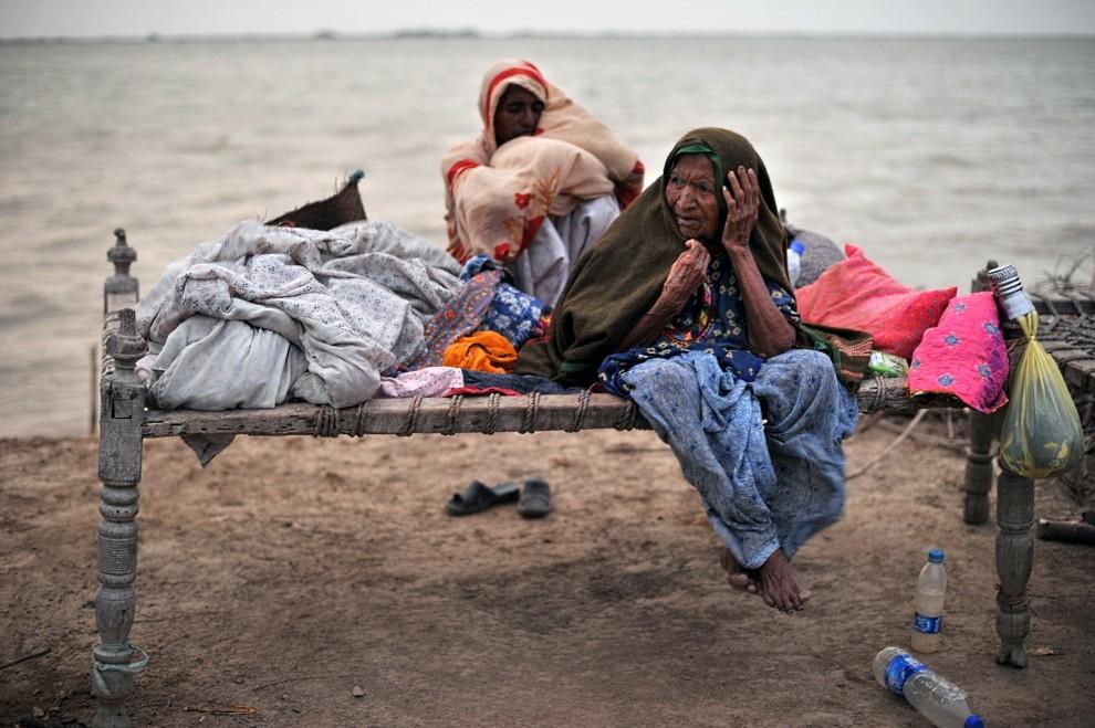 17. PAKISTAN, Thatta, 29 sierpnia 2010: Kobieta na łóżku w prowizorycznym obozie na pagórku, którego nie zdołała zalać woda. AFP PHOTO/PEDRO UGARTE