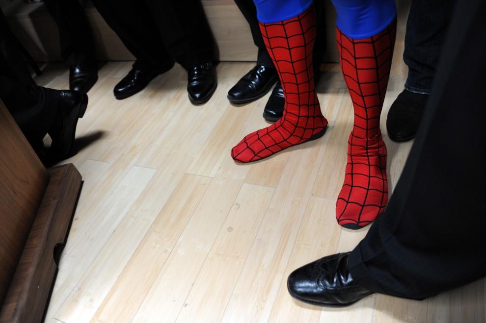 17.USA, Nowy Jork, 17 listopada 2010: Mężczyzna w stroju Spidermana podczas kampanii na rzecz aktywnego poszukiwania pracy. AFP PHOTO/Stan Honda